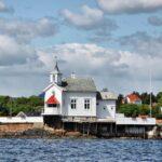 Pequeña iglesia de madera en una isla del fiordo de Oslo