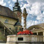 Fuente de San Jorge en el centro histórico de Friburgo en Suiza