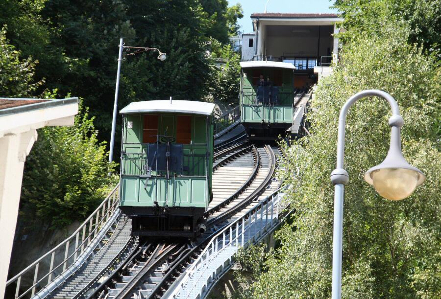 Funicular en el barrio medieval de Neuveville en Friburgo