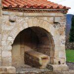 Rincón exterior de la iglesia de San Salvador de Valdediós en Asturias