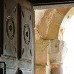 Entrada a la iglesia de San Salvador de Valdediós en Asturias