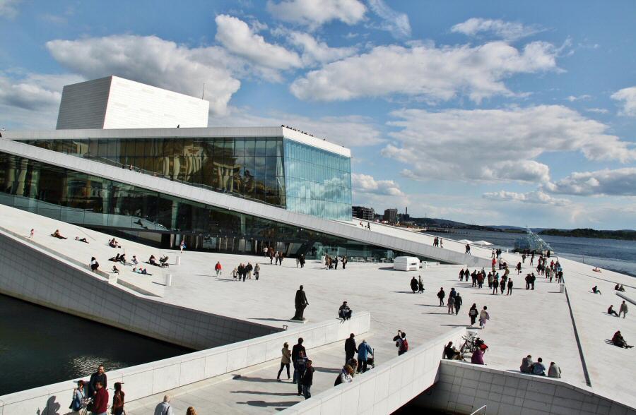 Moderno edificio de la Opera de Oslo