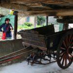 Carro bajo un hórreo de Bueño en Asturias
