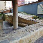 Restos muralla romana bajo la Torre del Reloj en Cimavilla en Gijón