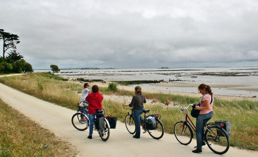 Paseo en bicicleta por la isla de Aix al oeste de Francia