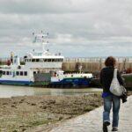 Ferry en el muelle de la isla de Aix al oeste de Francia