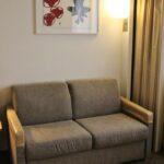 Sofá cama en la habitación de los hoteles Novotel