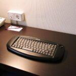 Teclado y ratón inalámbricos en la habitación de los hoteles Novotel