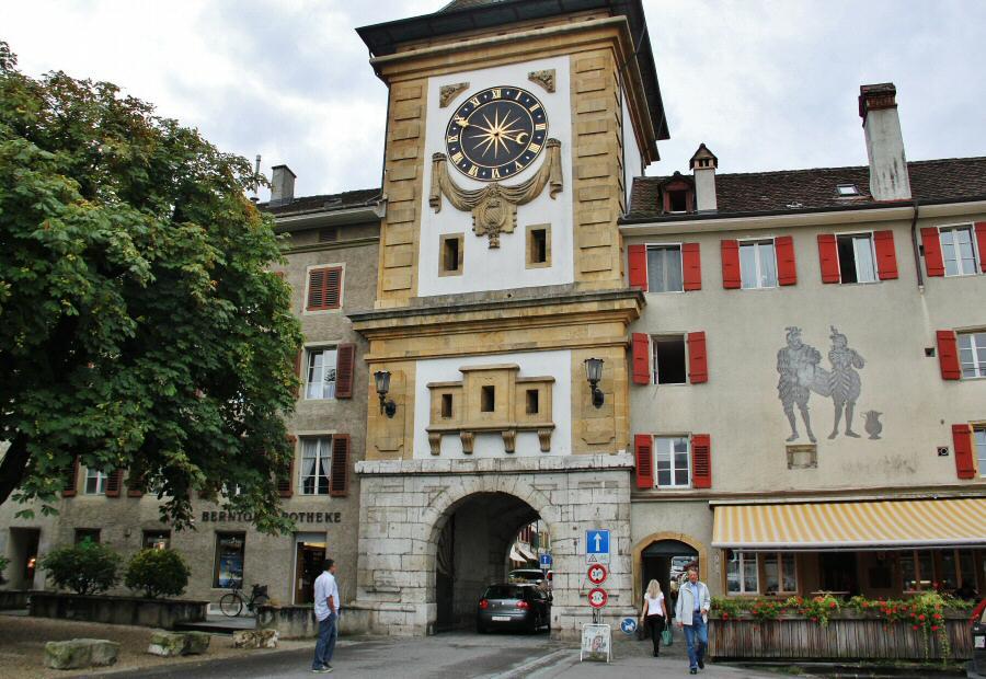 Puerta de Berna en Murten en la región de Friburgo de Suiza