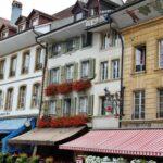 Fachadas de casas de Murten en Suiza