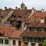 Tejados de las casas del pueblo amurallado de Murten en Suiza
