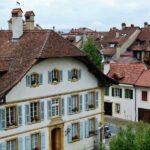 Casas del pueblo amurallado de Murten en Suiza