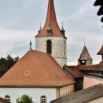 Vistas de la iglesia alemana desde la muralla de Murten en Suiza