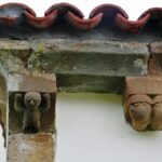 Canecillos de la iglesia románica de San Vicente Serrapio en Asturias