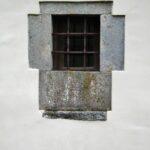 Ventana de la iglesia románica de San Vicente Serrapio en Asturias