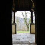 Puerta de la iglesia románica de San Vicente Serrapio en Asturias