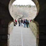 Arco de herradura en la entrada del castillo de Trujillo en Extremadura
