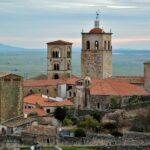 Iglesia Santa Maria la Mayor desde el castillo de Trujillo en Extremadura