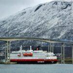 Barco correo Hurtigruten en Tromso en Noruega