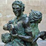 Escultura frente al palacio de Bendaña en Haro en La Rioja