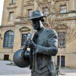 Escultura frente a la antigua sucursal del Banco de España en Haro