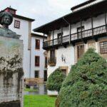 Monumento a Carlos I en el centro histórico de Villaviciosa