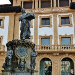 Teatro Riera y Escultura de la Manzanera en Villaviciosa en Asturias