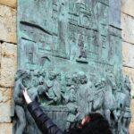 Placa conmemorativo del bautizo de indios frente al monasterio de Guadalupe