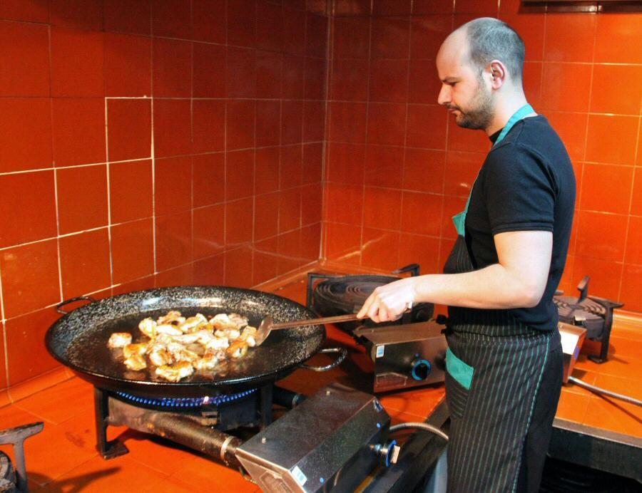 Vincent preparando la paella valenciana en el restaurante Mateu de El Palmar