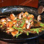 Sofrito de la paella valenciana en el restaurante Mateu de El Palmar