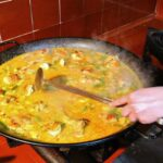 Terminando la paella valenciana en el restaurante Mateu