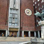 Entrada al Ayuntamiento de Oslo en Noruega