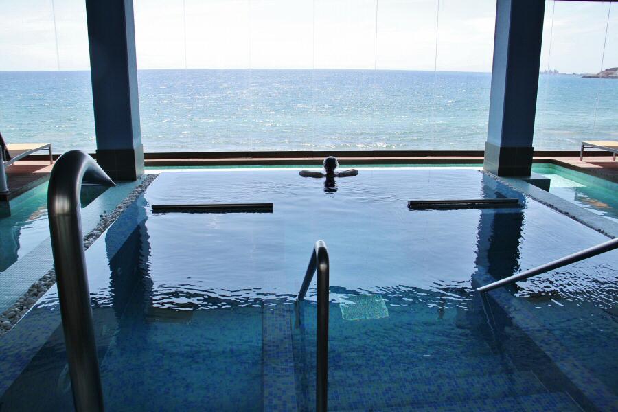 Jacuzzi privado en el Corallium Thalasso Villa del Conde en Gran Canaria