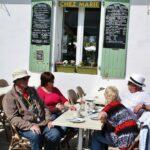 Terraza de un café junto al Faro de las Ballenas en la isla de Ré