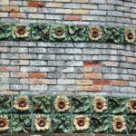 Cerámicas en la fachada del Capricho de Gaudí en Comillas en Cantabria
