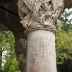 Columna en la entrada del Capricho de Gaudí en Comillas en Cantabria