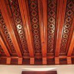 Techo artesonado de madera en El Capricho de Gaudí en Comillas