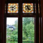 Vidrieras en ventana del Capricho de Gaudí en Comillas