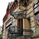 Balcón de hierro en El Capricho de Gaudí en Comillas en Cantabria