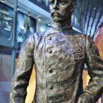 Estatua de explorador noruego en museo Fram de Oslo