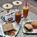 Comida tente en pie en el centro Corallium Thalasso Villa del Conde