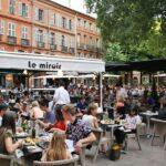Animada plaza del centro histórico de Toulouse