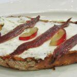 Tosta de queso con anchoas en Balneario La Hermida de Cantabria