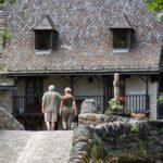 Puente medieval de piedra de Belcastel en Aveyron al sur de Francia