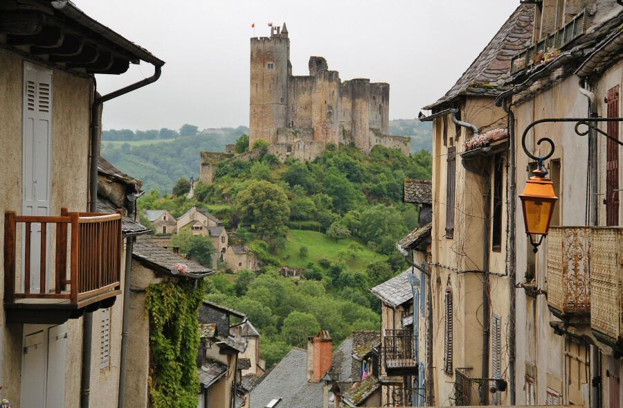 Vistas del Castillo de Najac desde el pueblo al sur de Francia