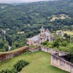 Vistas panorámicas de la iglesia de Najac desde el castillo