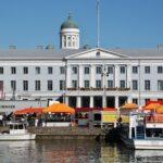 Ayuntamiento en la plaza del Mercado de Helsinki