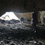 Acceso a la cueva de curación de quesos de Bejes en Cantabria