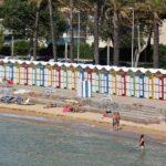 Tradicionales casetas de baño en la playa del Racó de S´Agaro en el Ampurdán