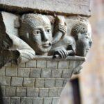 Capitel del claustro de la Abadía de Conques en Aveyron al sur de Francia